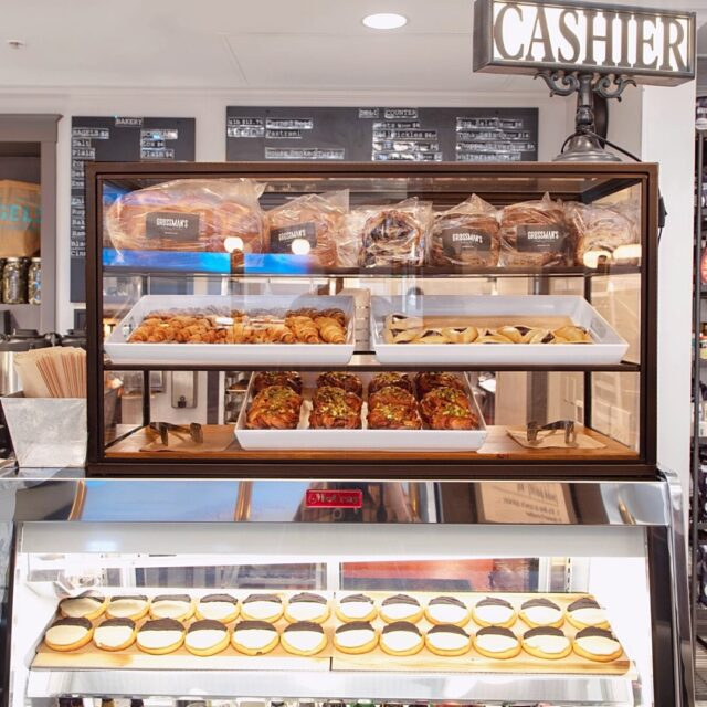Spotted in the bakery case: Babka, Rugelach, Hamentaschen, Bakla-Buns, and Black and White Cookies! Happy Hanukkah! 🕎 📸: Ross Thayer  #sweettooth #bakery #sonomacounty #santarosa #takeout #curbsidepickup #localeats #patiodining #outdoordining #dinelocal #santarosafood #railroadsquare #foodcommunity #grossmans #takeout #visitus #Jewishcuisine #Hanukkah